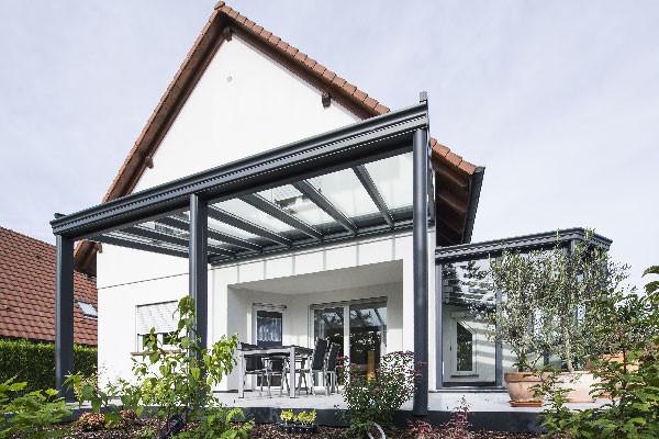 pergola-toit-vitre-stores-gris-anthracite