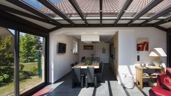 veranda-gris-stores-salle-a-manger-salon-leds