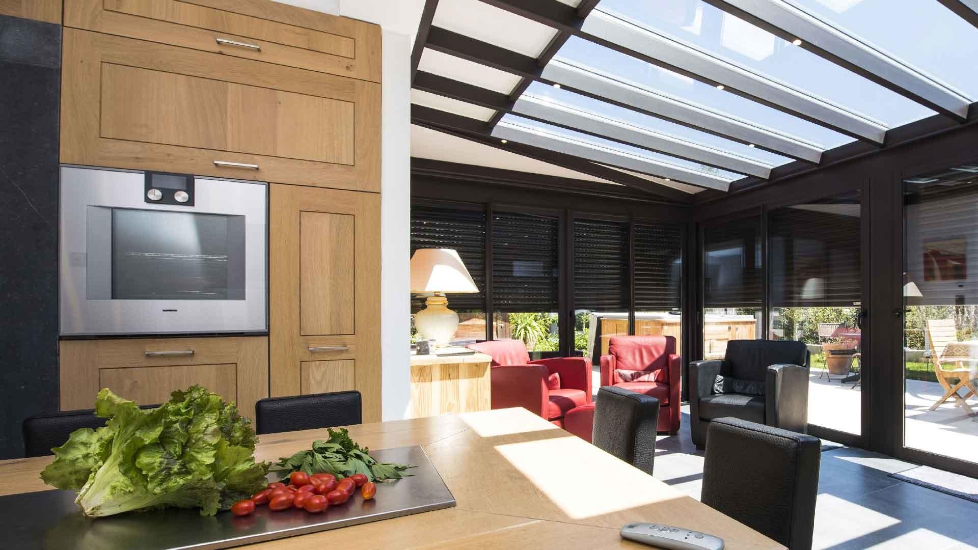 veranda-gris-anthracite-toit-vitre-leds-stores-salon-cuisine