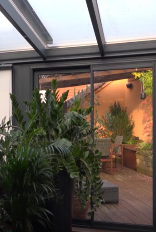 veranda-gris-anthracite-terrasse-toit-vitre-plantes