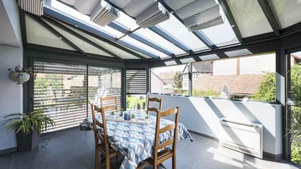 veranda-toit-vitre-gris-anthracite-stores-salle-a-manger