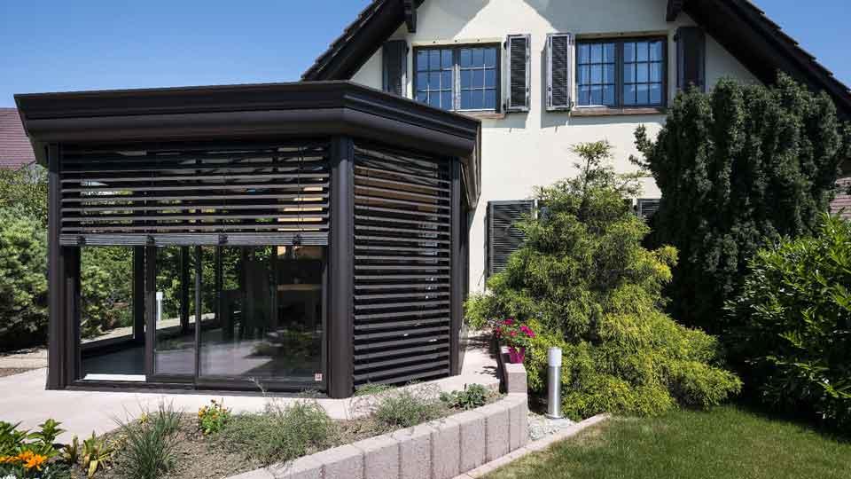 veranda-toit-vitre-gris-anthracite-salle-a-manger-stores