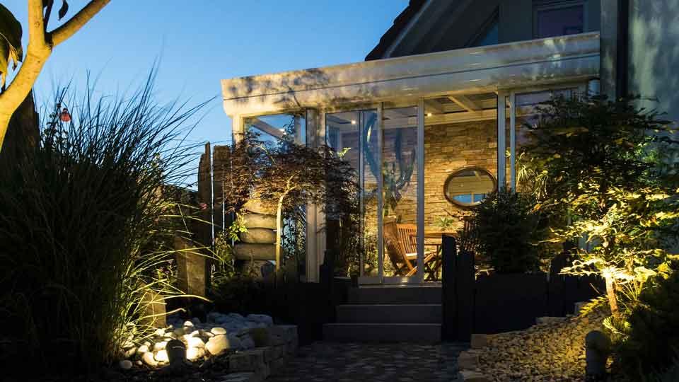 veranda-blanc-toit-vitre-plantes-terrasse