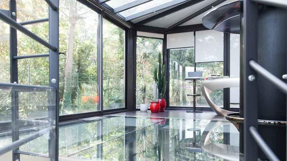 veranda-toit-vitre-gris-anthracite-stores-moderne