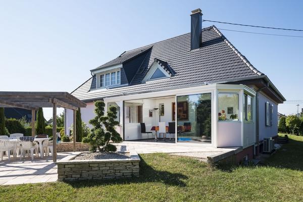 veranda-blanc-toit-vitre-piece-a-vivre