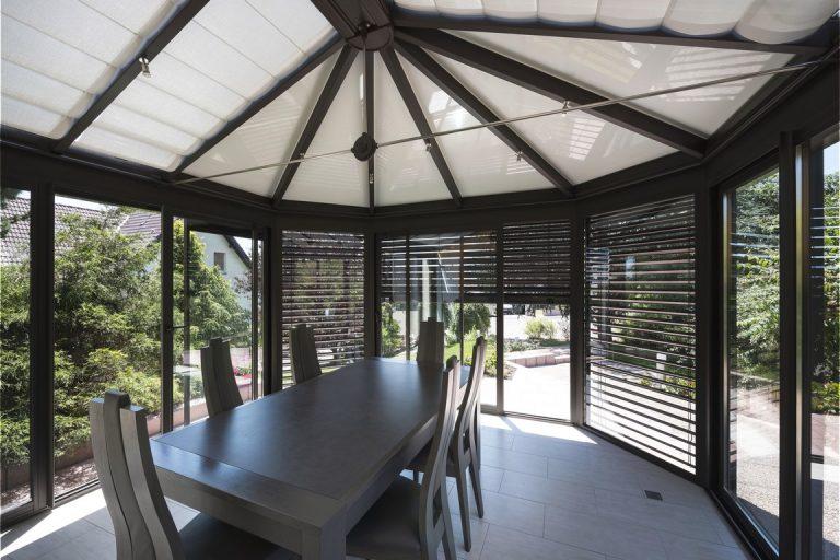 veranda-gris-anthracite-piece-a-vivre-toit-vitre-leds-stores