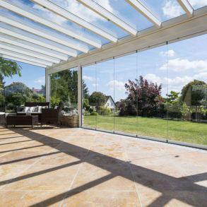 veranda-blanc-toit-vitre-salon-jardin