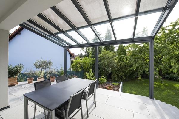 pergola-gris-anthracite-toit-vitre-terrasse