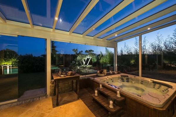 veranda-blanc-toit-vitre-jacuzzi-leds