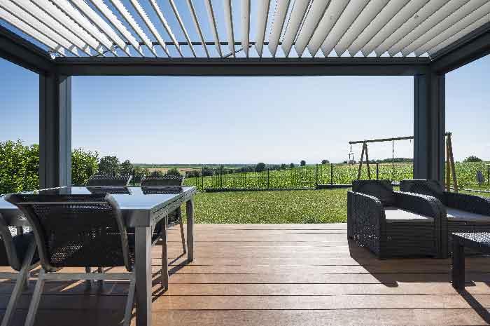 pergola-lames-orientables-gris-anthracite-terrasse-salon-de-jardin-stores