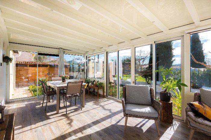 veranda-toit-vitre-blanc-salle-a-manger