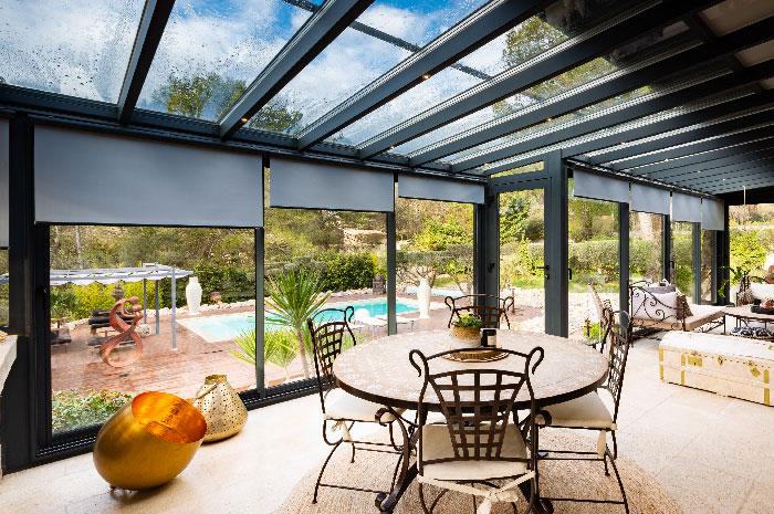 veranda-toit-vitre-gris-anthracite-stores-salon-salle-a-manger-decorations