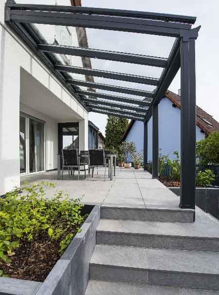 pergola-veranda-toit-vitre-stores-gris-anthracite
