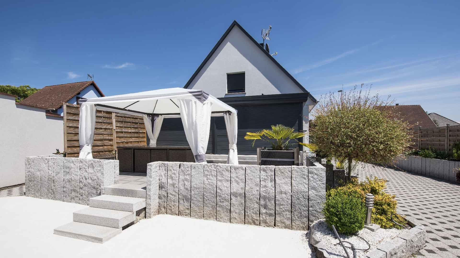 veranda-toit-vitre-gris-anthracite-salon-stores