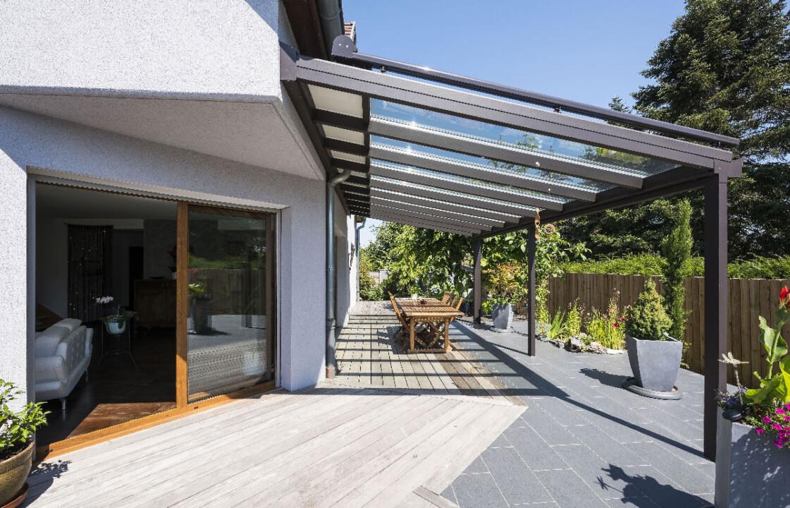 pergola-toit-vitre-gris-anthracite- terrasse