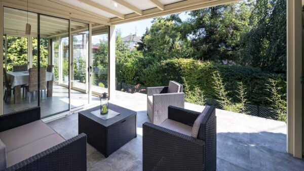 veranda-pergola-deux-en-un-blanc-salon-salle-a-manger