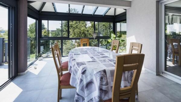 veranda-salle-a-manger-gris-anthracite-integree-a-la-maison-toit-vitre