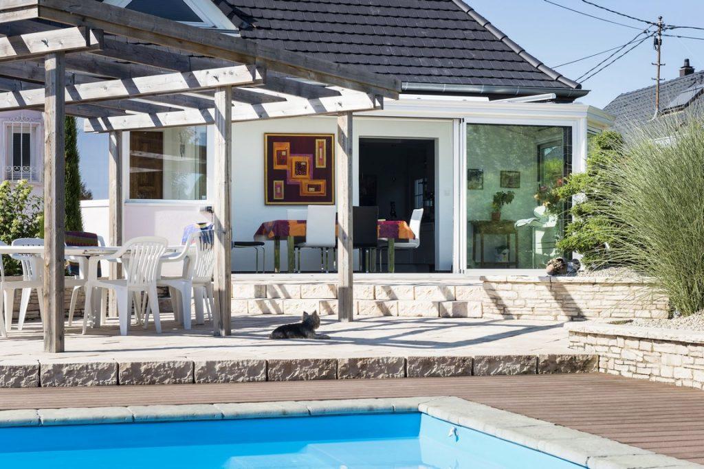 veranda-toit-vitre-blanc-terrasse-piscine