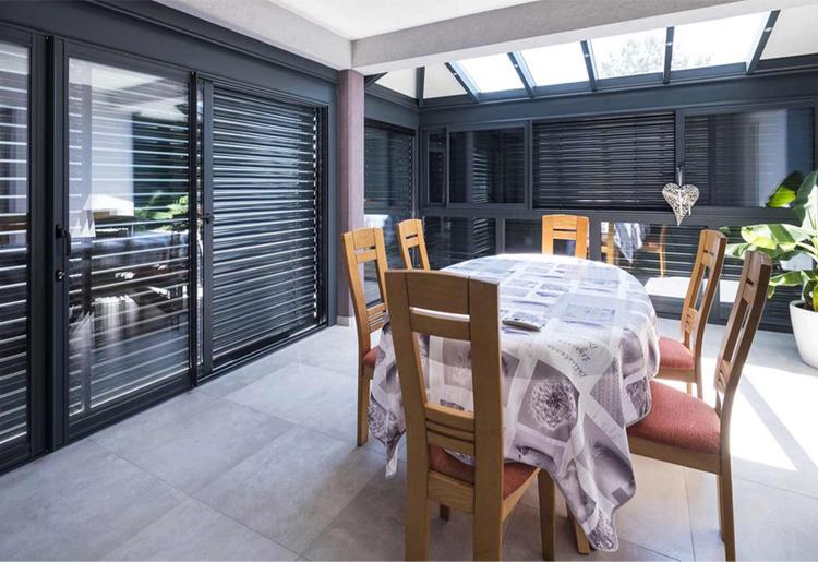 veranda-salle-a-manger-gris-anthracite-integree-a-la-maison-toit-vitre-stores