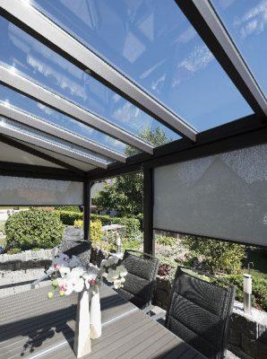 veranda-gris-anthracite-toit-vitre-salle-a-manger-stores
