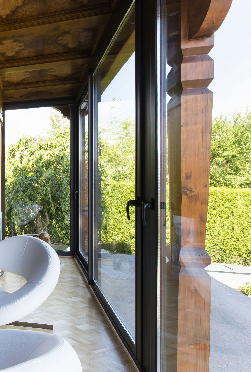 veranda-salon-baie-vitree-bois-salon