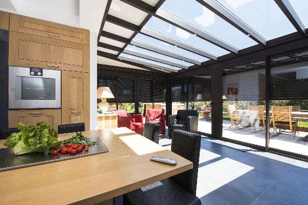 veranda-toit-vitre-cuisine-salon-stores