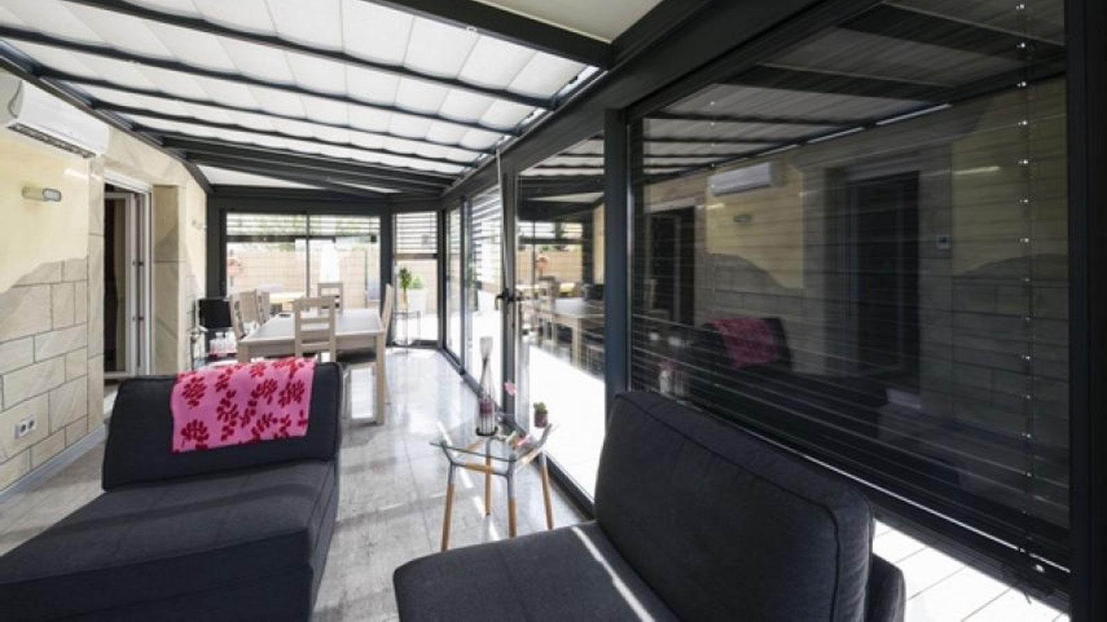 veranda-gris-anthracite-store-toit-vitresalon-salle-a-manger