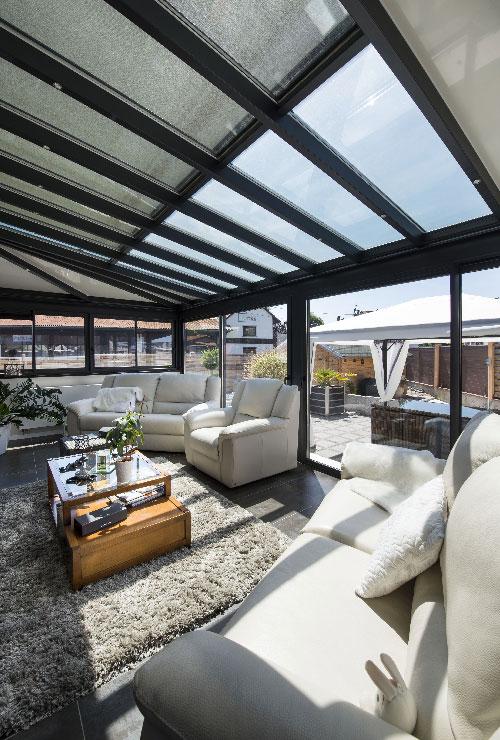 veranda-gris-anthracite-toit-vitre-salon-stores