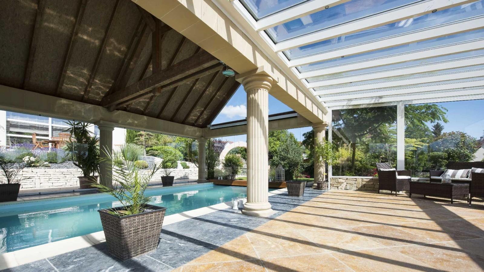veranda-blanc-toit-vitre-piscine-colonnes