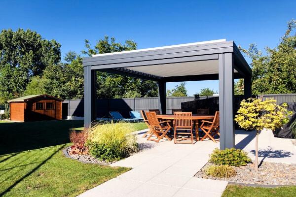 pergola-lames-orientables-gris-anthracite-jardin