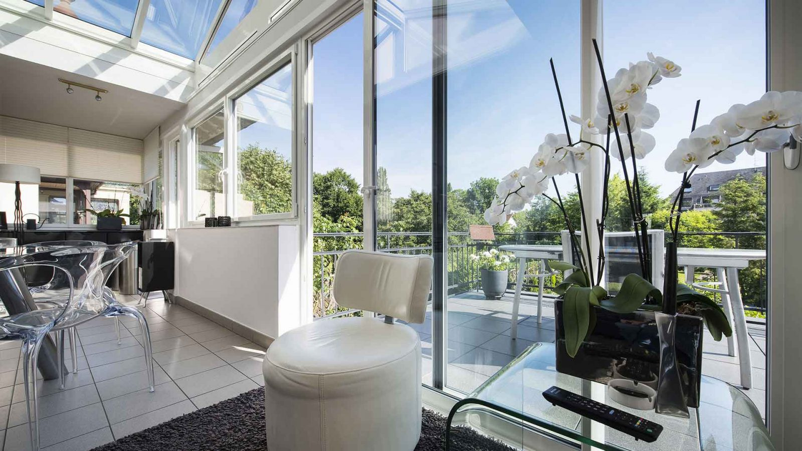 baie vitrée donnant sur le salon orchidée